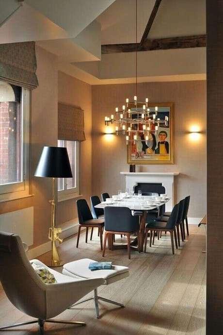 63. Os lustres em estilo clássico para sala de jantar deixam o espaço com uma atmosfera mais refinada. Fonte: Pinterest