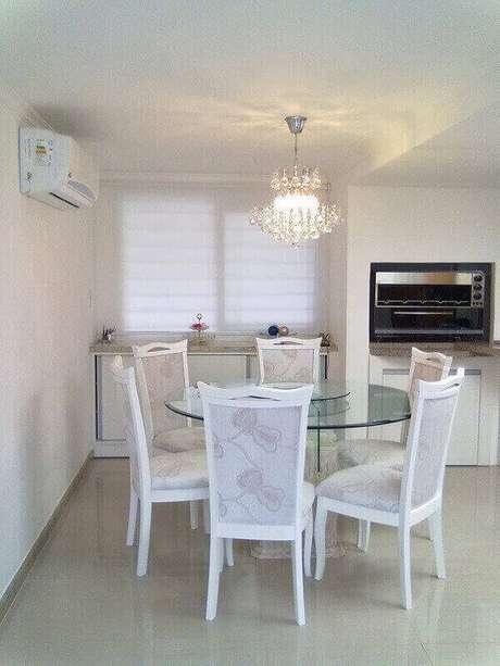 65. Os lustres para sala também podem decorar outros ambientes como a cozinha. Foto: Pinterest
