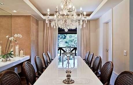 74. Lustres para sala de jantar com estilo clássico. Fonte: DecorSalteado