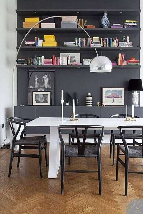 68. É possível colocar um lustre grande de apoio em sala de jantar moderna. Fonte: Pinterest