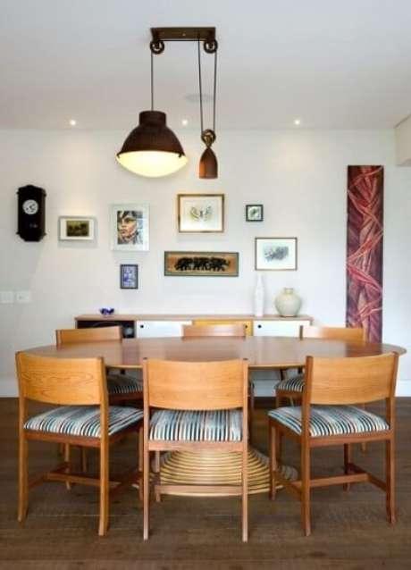 71. Em uma decoração mais discreta, os lustres para sala devem seguir uma mesma tendência. Projeto de Crisa Santos Arquitetos