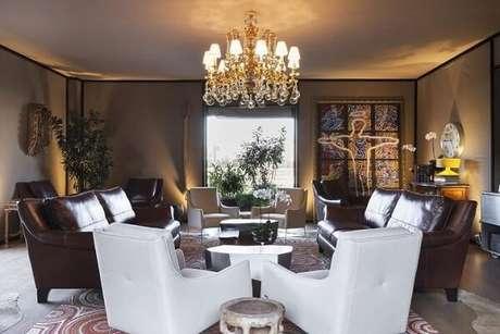 48. Os lustres para sala mais luxuoso são ótimos para dar mais charme a ambientes sóbrios. Projeto de Moreira do Valle
