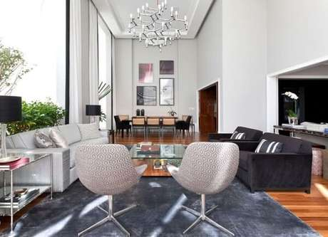 49. Os lustres para sala modernos dão personalidade ao ambiente. Projeto de Luciano Dalla