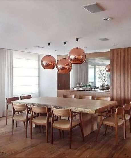 72. Os lustres para sala espelhados na cor cobre se destacam na decoração do ambiente. Fonte: Pinterest