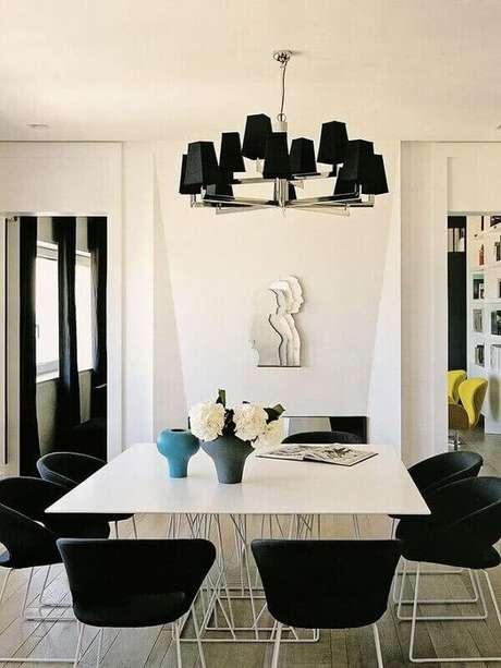 73. Lustres com spots pretos complementam a decoração da sala de jantar. Fonte: Pinterest