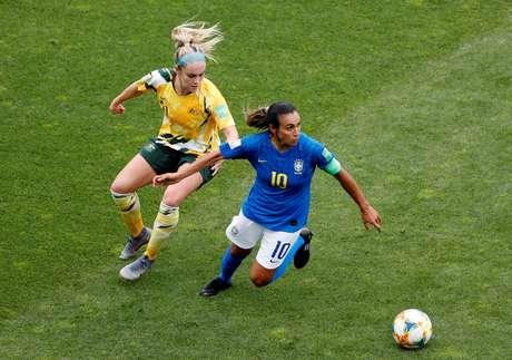 Marta domina a bola em Brasil x Austrália, marcada por Ellie Carpenter