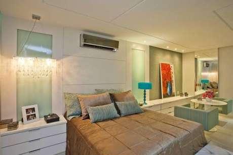8. Decoração clean com lustre para quarto no criado-mudo