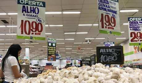 Cliente faz compras em supermercado no Rio de Janeiro 28/07/2018 REUTERS/Sergio Moraes
