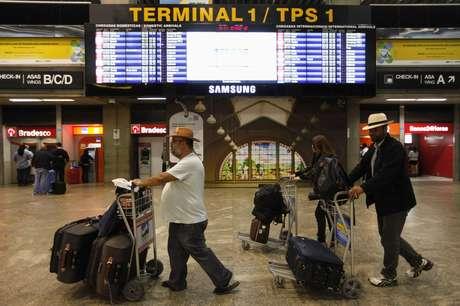 Passageiros no aeroporto de Guarulhos, em São Paulo 07/02/2012 REUTERS/Nacho Doce
