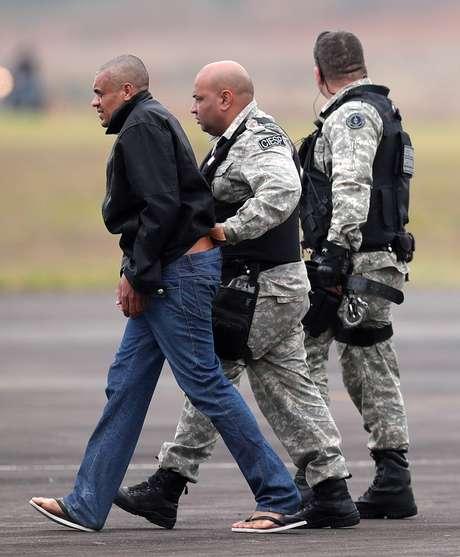 Adélio Bispo de Oliveira é escoltado por policiais federais ao ser transferido para prisão em Campo Grande 08/09/2018 REUTERS/Ricardo Moraes