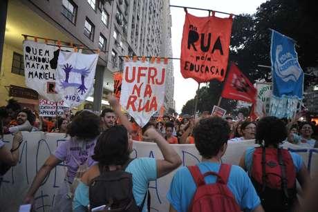 Manifestantes participam do protesto denominado Greve Geral pelas ruas do Rio de Janeiro (RJ)