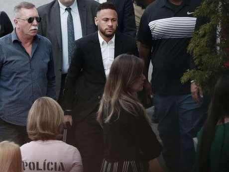 Neymar chegou de muletas por conta lesão que o tirou da Copa América (Foto: AFP)