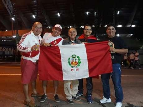 Johnny Gamboa e Christian Cervantes (à esqueda) e Juan Savedra entre outros dois peruanos