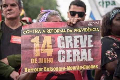 Manifestantes realizam protesto na Avenida Francisco Bicalho, nas imediações da Rodoviária Novo Rio, Zona Portuária do Rio de Janeiro