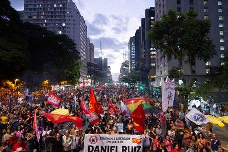 Manifestantes ocupam duas faixas da Avenida Paulista
