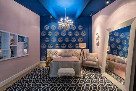 14. Decoração com lustres para quarto pintado de azul e rosa