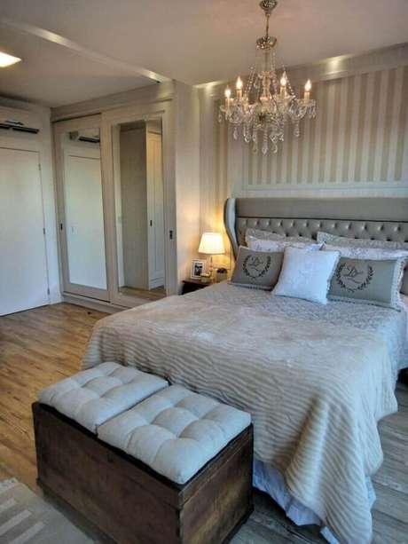 49. Decoração clássica com lustre pra quarto de casal com papel de parede listrado – Foto: Gabriela Herde