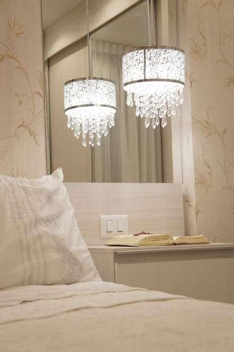 51. O lustre para quarto também pode ser instalado sobre o criado-mudo – Foto: Aaron Guide