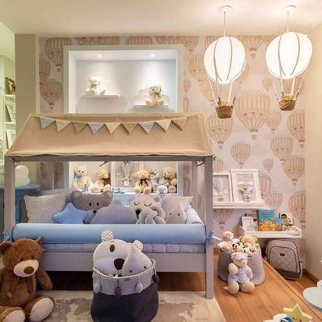 52. Decoração lúdica com lustre para quarto de bebê – Foto: Pinterest