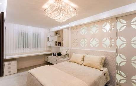 54. Decoração em tons neutros com lustre de cristal para quarto de casal – Foto: Webcomunica