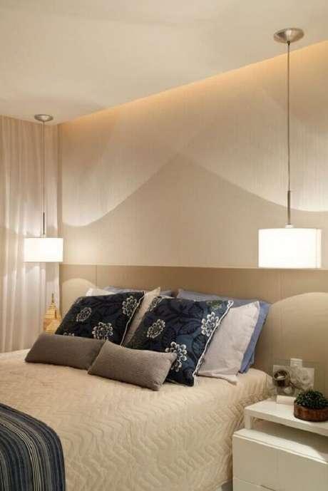 56. Decoração neutra em tons de bege com lustre para quarto de casal – Foto: Aaron Guide