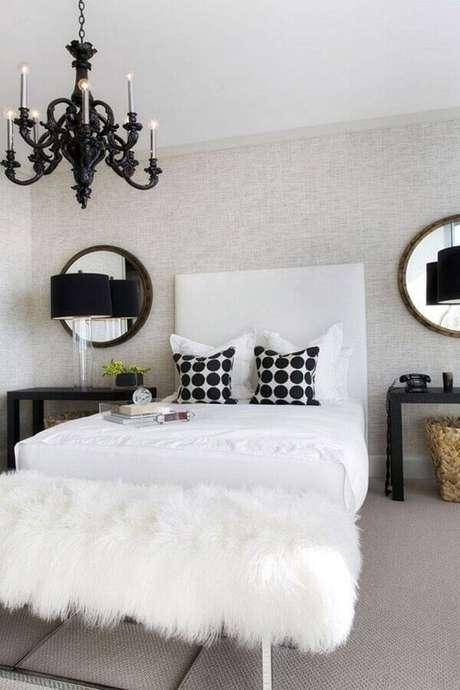 57. Decoração para quarto preto e branco com lustre candelabro preto – Foto: Aaron Guide