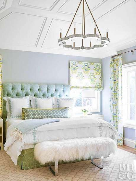 25. Um modelo arrojado de lustres para quarto com decoração romântica