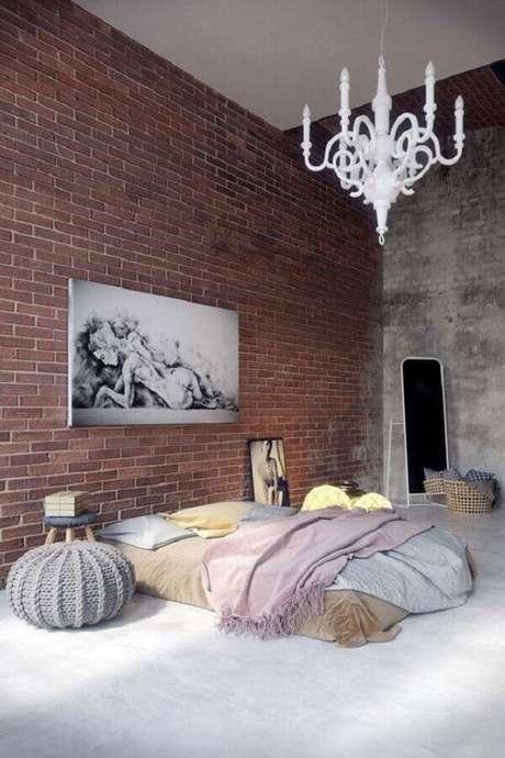 58. Decoração rústica com lustre candelabro para quarto de casal com parde de tijolinho – Foto: Design and fasion