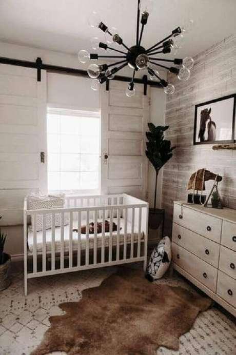 60. Os lustres para quarto de bebê também podem ter um design moderno – Foto: Little and Luxe