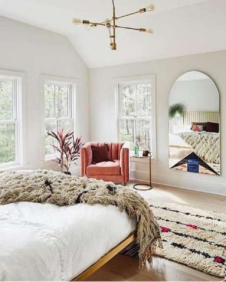 64. Lustres para quarto decorados todo branco ganham destaque no ambiente – Foto: Design d'intérieur