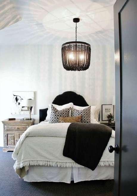 43. Em uma decoração toda clean, os lustres para quarto com uma armação mais marcante garante o toque especial à decoração