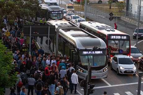 Ônibus partem lotados em consequência da paralisação de funcionários na Estação Corinthians-Itaquera do Metrô, na zona leste de São Paulo