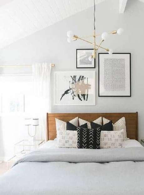 71. Quarto de casal todo branco decorado com modelo moderno de lustres para quarto – Foto: GoodNewsArchitecture