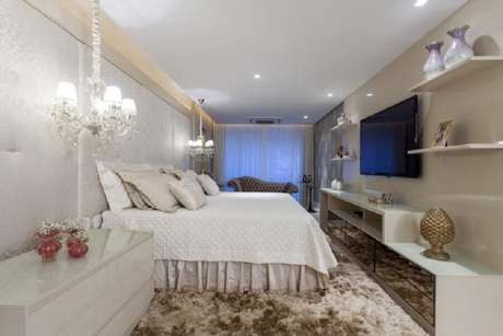 72. Sofisticada decoração com lustres para quarto instalados sobre o criado mudo – Foto: Vanja Maia