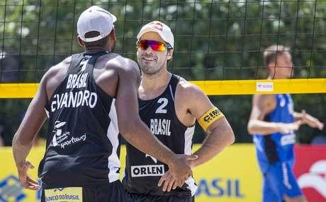 Evandro e Bruno Schmidt comemoram ponto em vitória sobre russos.