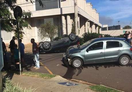 Carro de Igor Gomes, ao fundo, após acidente.