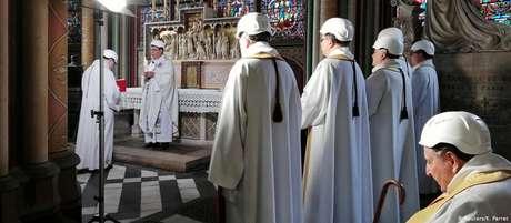 Vestido com um manto branco e capacete, o arcebispo de Paris Michel Aupetit liderou a cerimônia