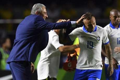Tite comemora um dos gols do Brasil na vitória sobre a Bolívia (Foto: Pedro UGARTE / AFP)