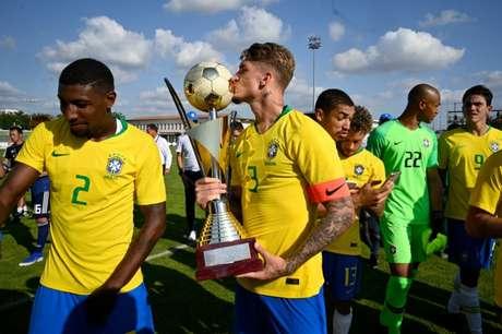 Lyanco com o troféu do Torneio de Toulon (Foto: AFP)