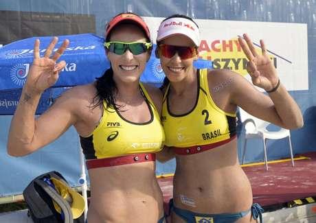 Ágatha e Duda comemoram o segundo pódio seguido no Circuito Mundial (Foto: Reprodução/Twitter)