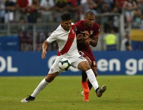 Zambrano vence duelo contra Salamon Rondon, destaque venezuelano (Foto: Jeferson Guareze / AFP)