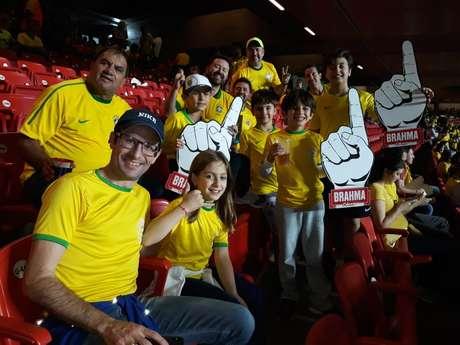 Lorena, de 8 anos, ao lado do pai, Tiago Amor, e Felipe Freitas, com guaraná na mão, apostam em Philippe Coutinho para craque da Copa América. O grupo veio de Bauru, interior de São Paulo, para o jogo de estreia do Brasil
