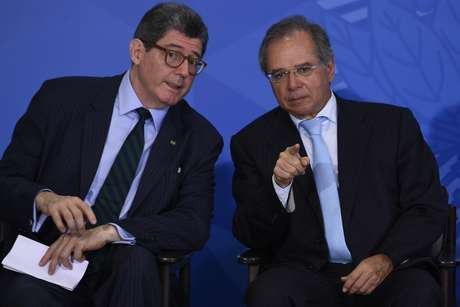 O presidente do Banco Nacional de Desenvolvimento Econômico e Social, Joaquim Levy (e), e o ministro da Economia, Paulo Guedes