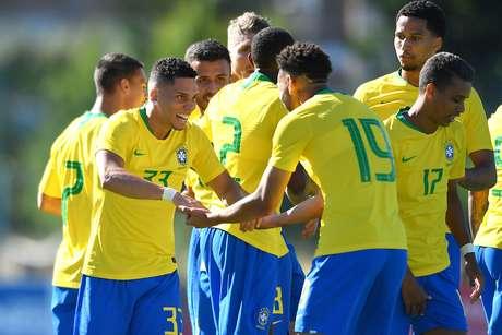 Jogadores comemoram gol com Paulinho, da seleção olímpica do Brasil, durante partida contra a seleção da Irlanda, válida pela semifinal do Torneio de Toulon, no Estádio de Lattre-de-Tassigny, em Aubagne, na França, nesta quarta-feira, 12