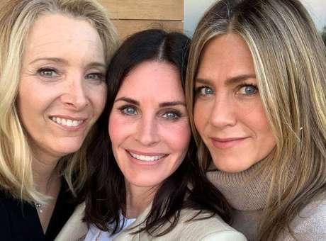 As atrizes Lisa Kudrow, Courteney Cox e Jennifer Aniston, que atuaram em 'Friends'.