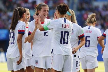 Jogadoras americanas comemoram segunda vitória na Copa do Mundo