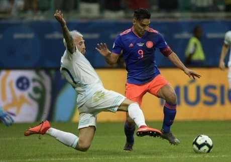Argentinos e colombianos não gostaram do gramado da Fonte Nova (Juan MABROMATA / AFP)