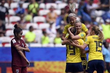 Suecas comemoram a goleada frente a Tailândia (Foto: AFP)
