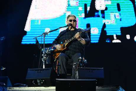Herbert Viana toca guitarra no show dos Paralamas do Sucesso