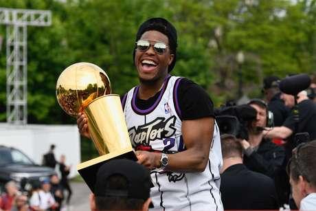 Kyle Lowry, do Toronto Raptors, segura troféu de campeão da NBA durante desfile dos campeões em Toronto 17/06/2019 REUTERS/Moe Doiron